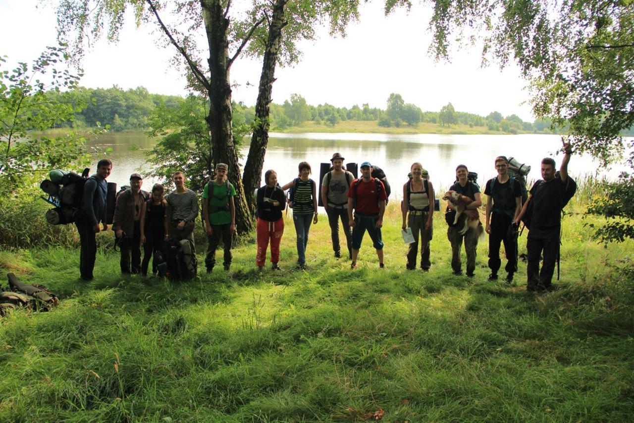 Путешественники в походе на фоне озера