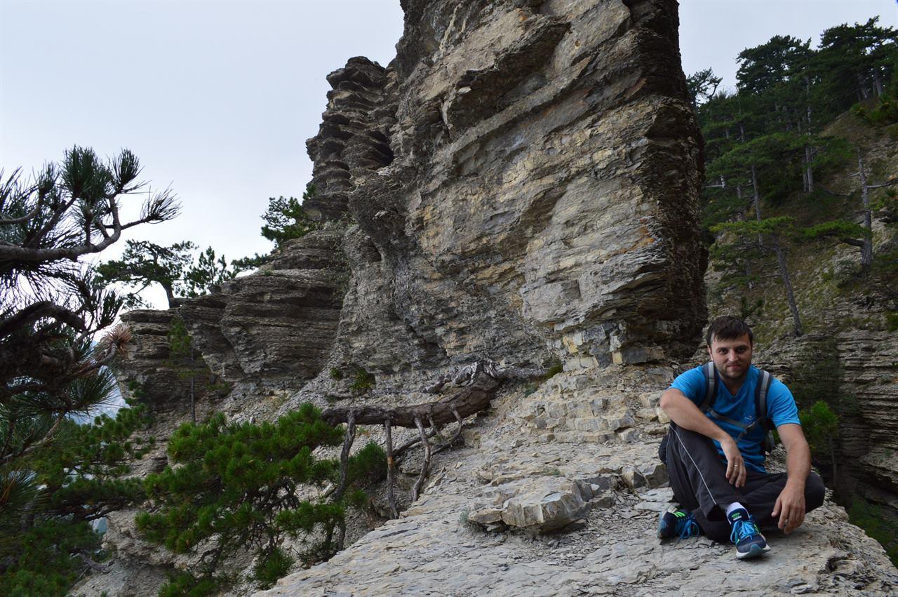 Отдых путешественника на фоне скал