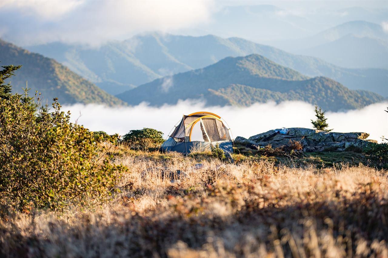 Туристическая палатка в горах