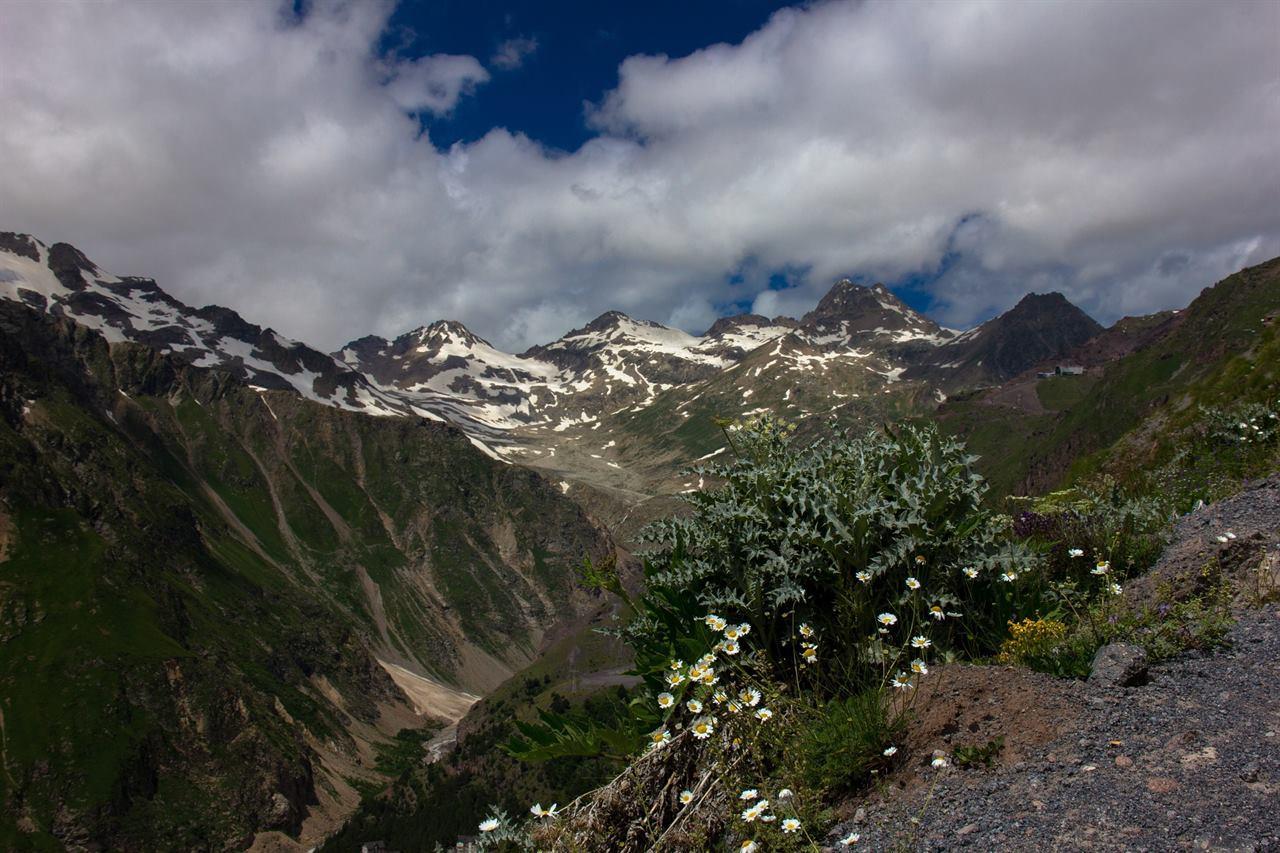 Горы Приэльбрусья в снегах