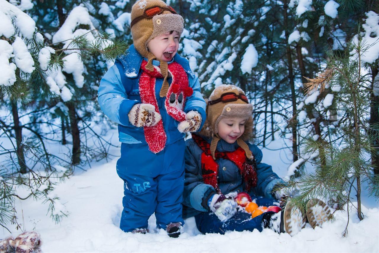 Детишки в лесу путешествуют