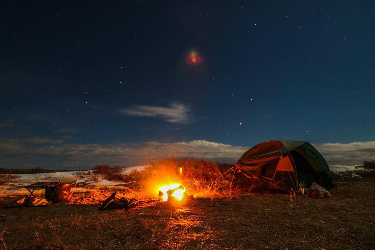 Палатка и костер в походе с аптечкой внутри