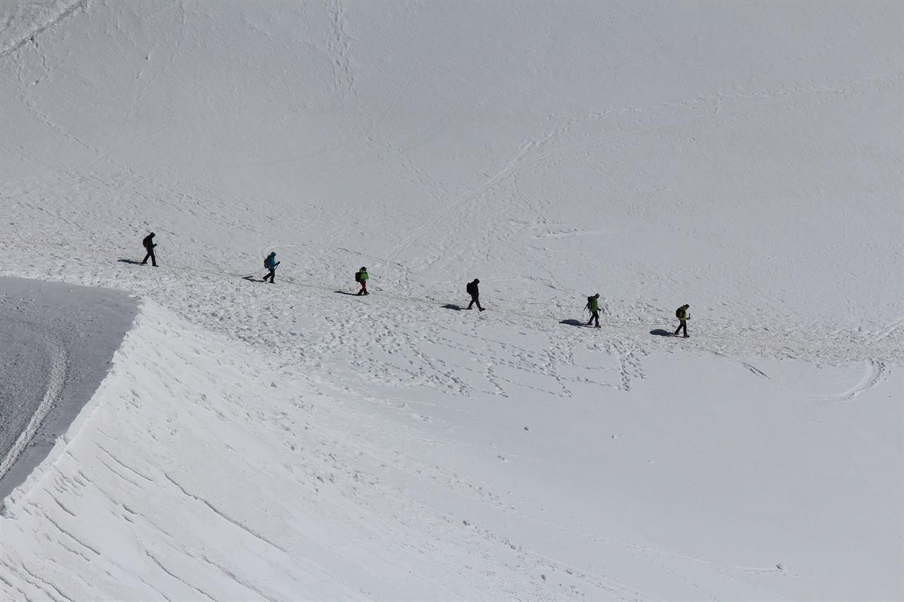 Группа туристов в горах