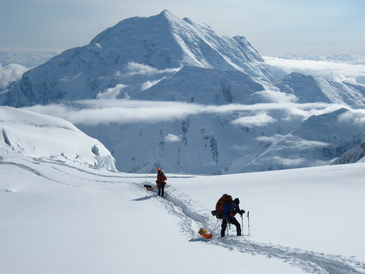 Путешественники в горах зимой