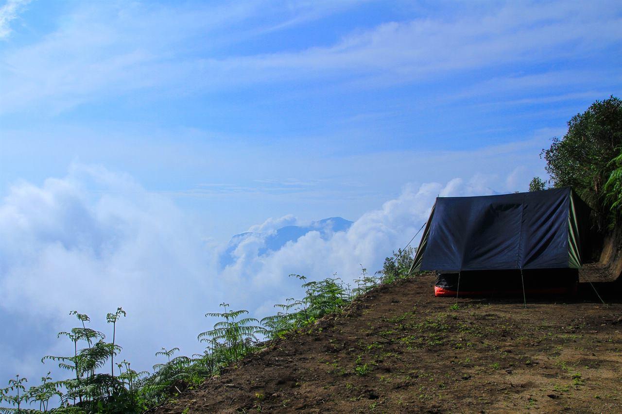 Туристы в палатке в горах с аптечками