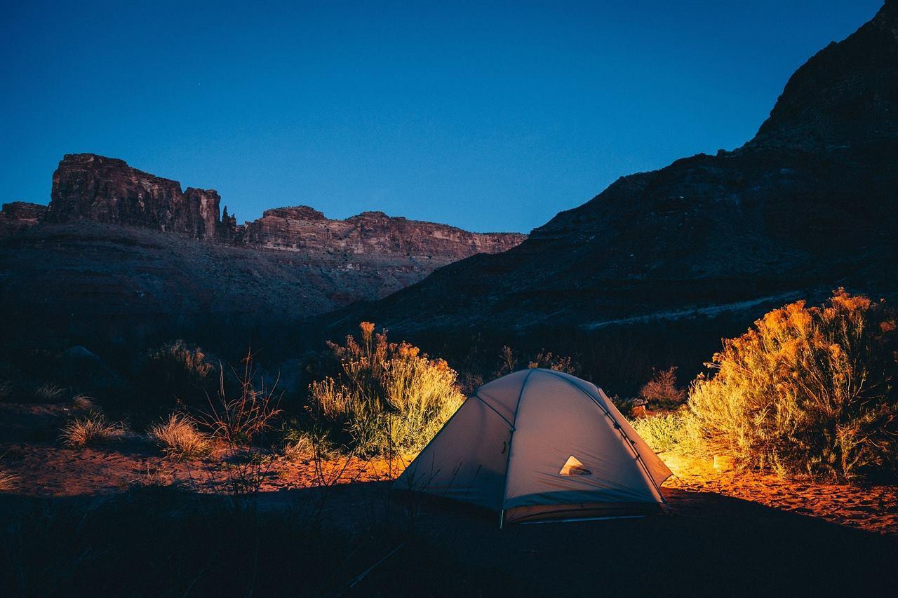 Палатка в каньоне с аптечкой внутри