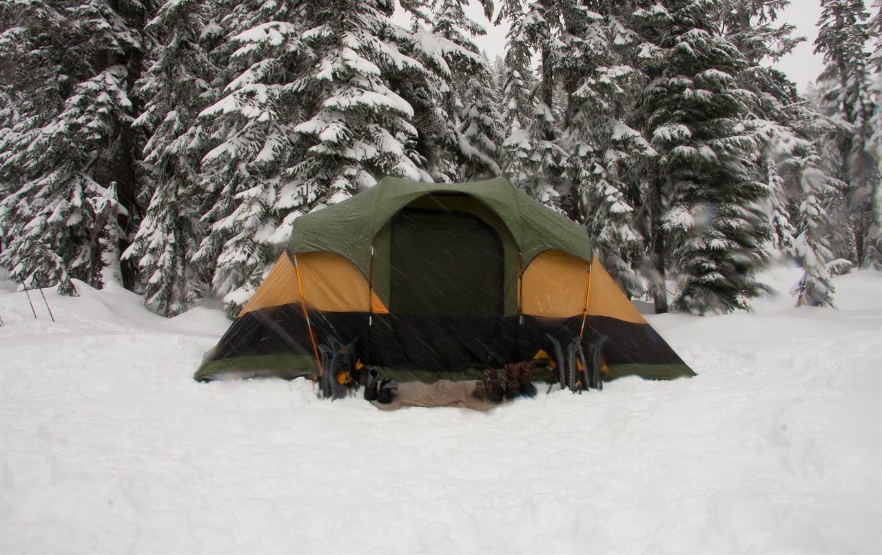 Палатка зимой в лесу