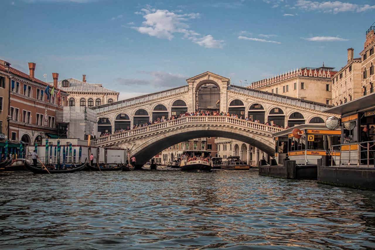 Мост в Венеции и яхты
