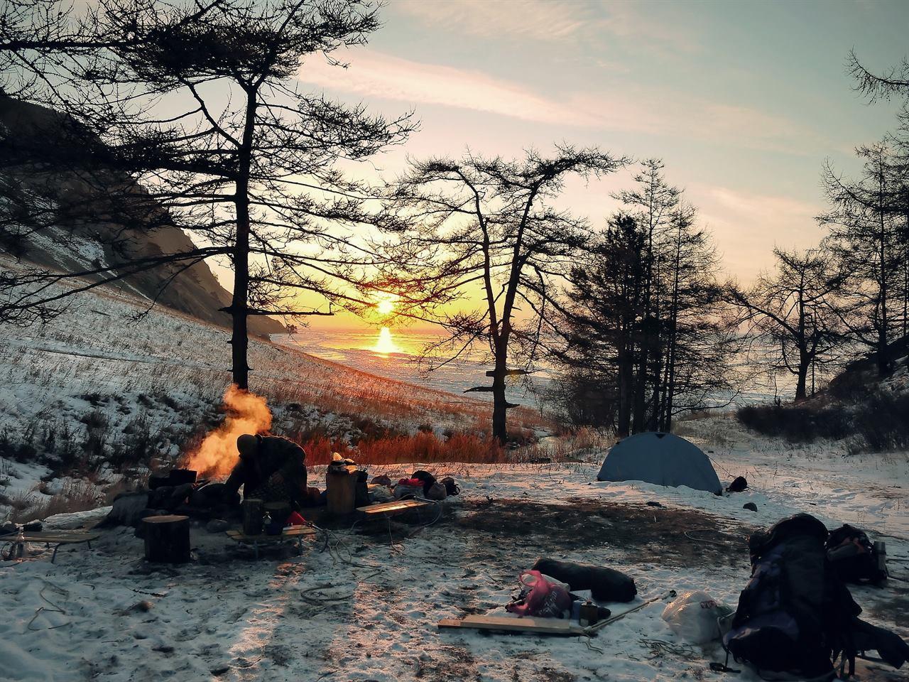 лагерь зимой в лесу с туристами
