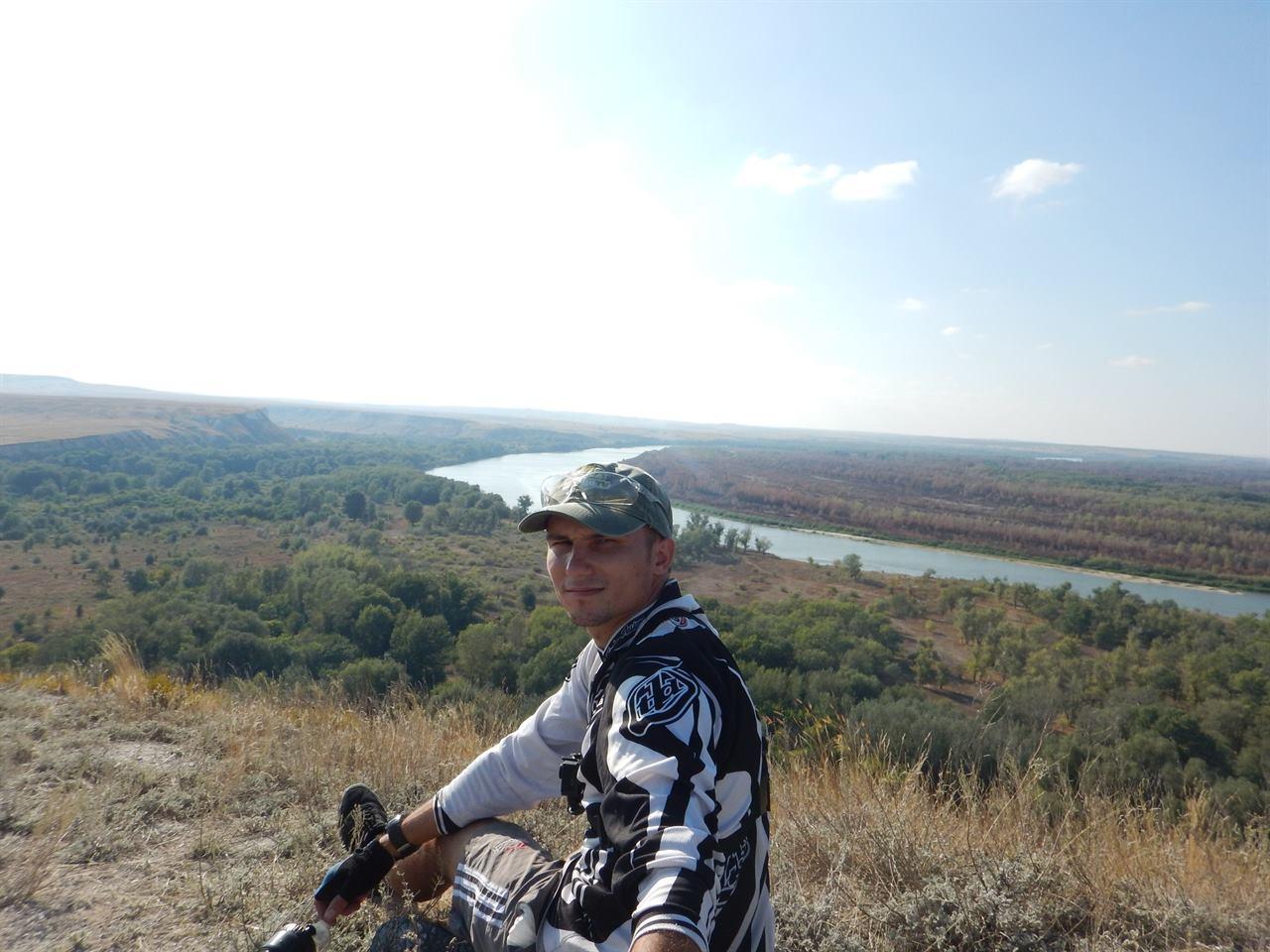 На фоне реки турист