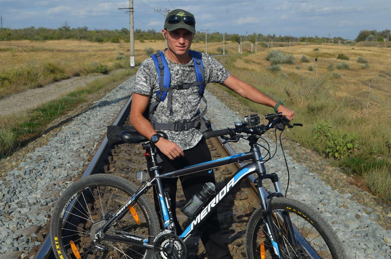 Велотурист на железной дороге