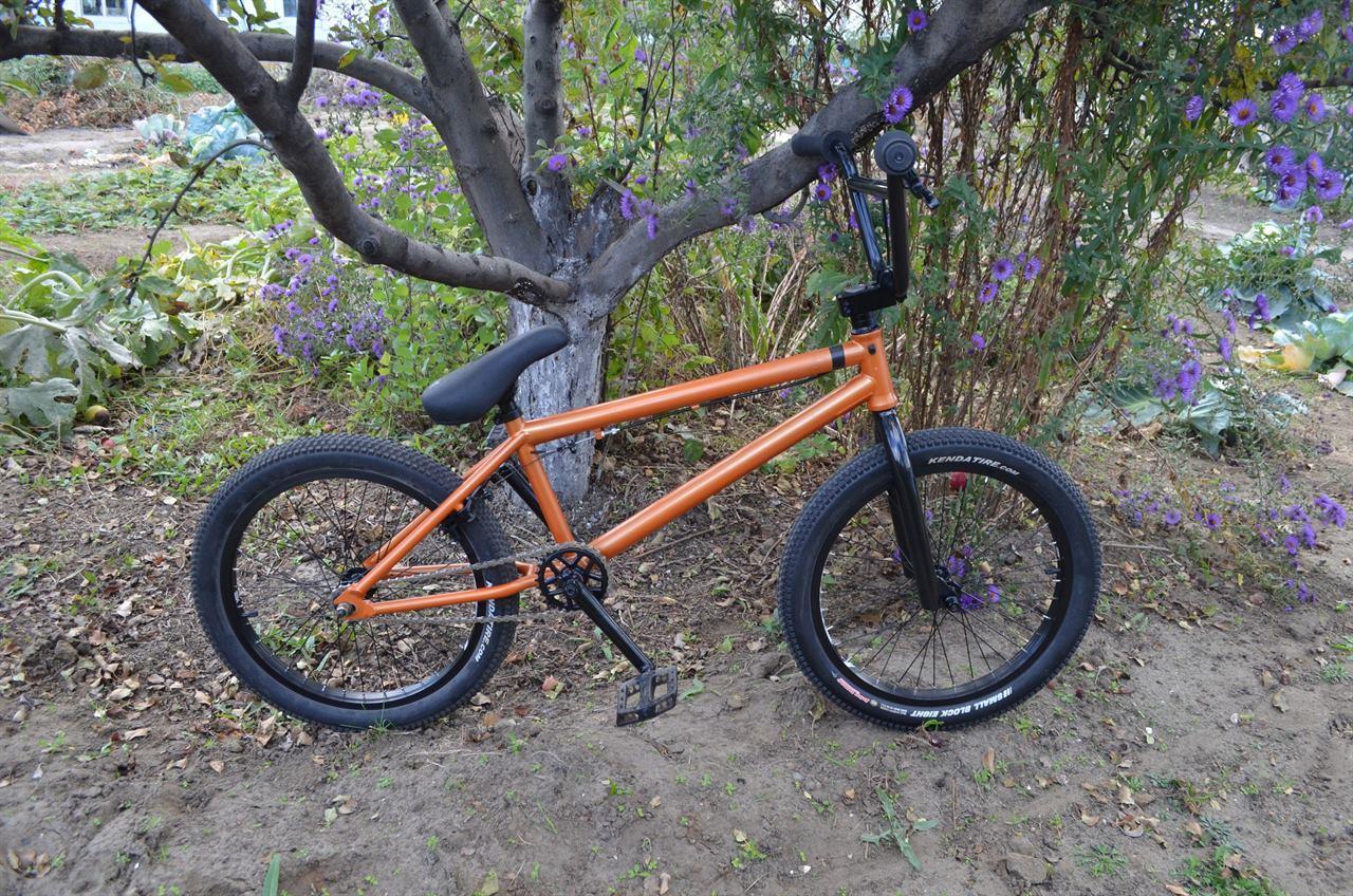 Велосипед BMX в лесу