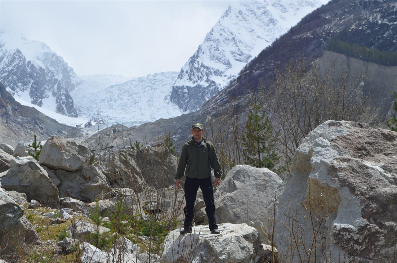 Путешественник на скалах в горах