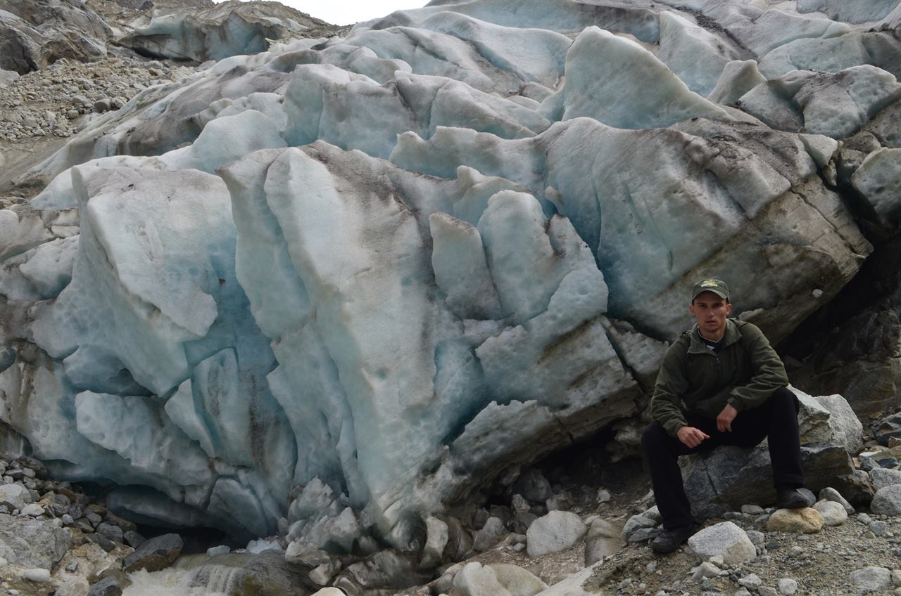 Турист на фоне ледника