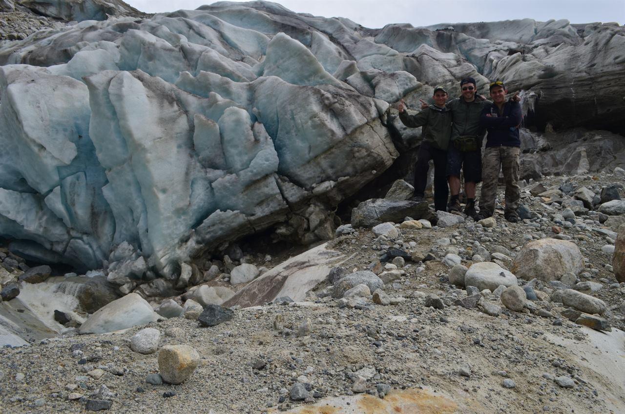 Группа туристов у ледника