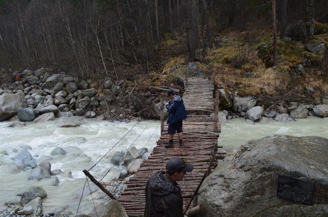 Переправа по горному мосту через реку