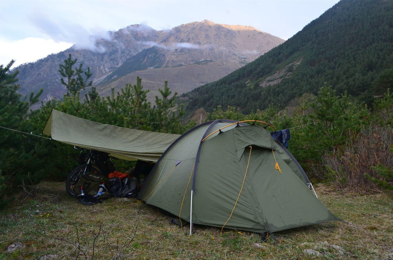 Палатка с велосипедами в горах