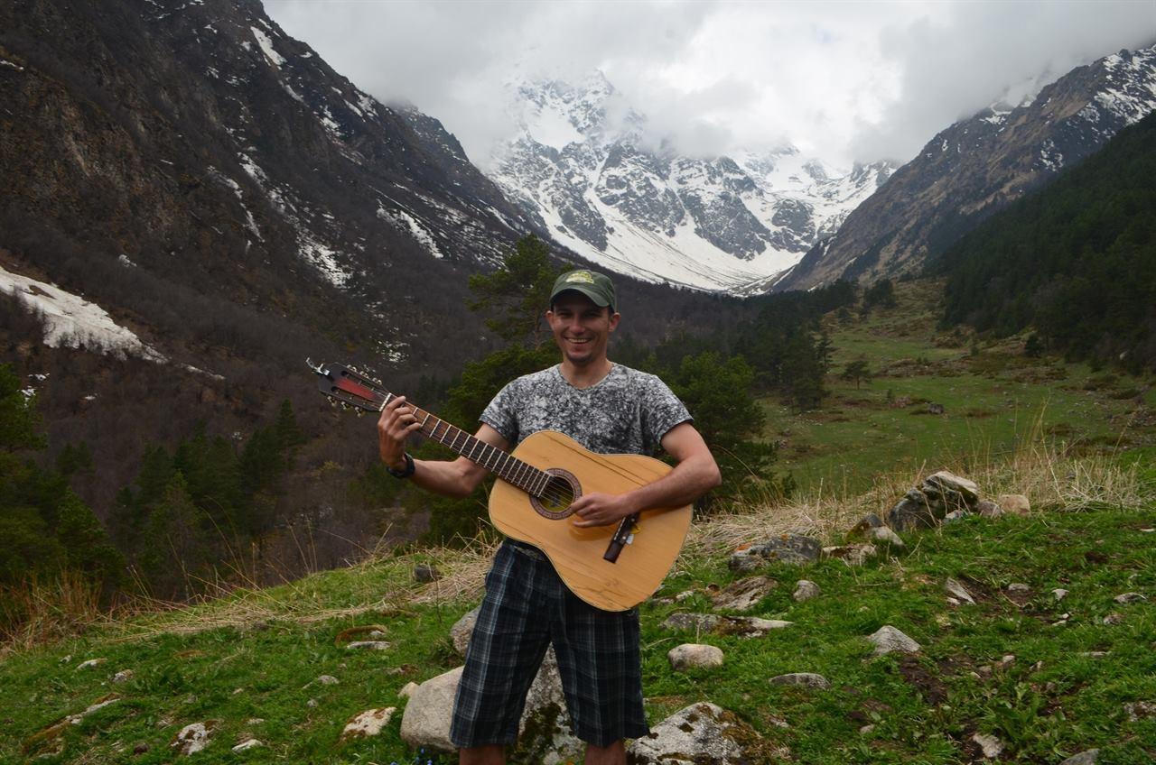 Гитарист в горах с гитарой