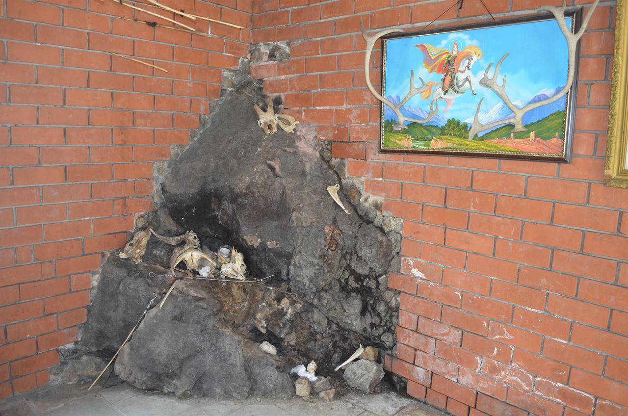 Монумент в углу дома
