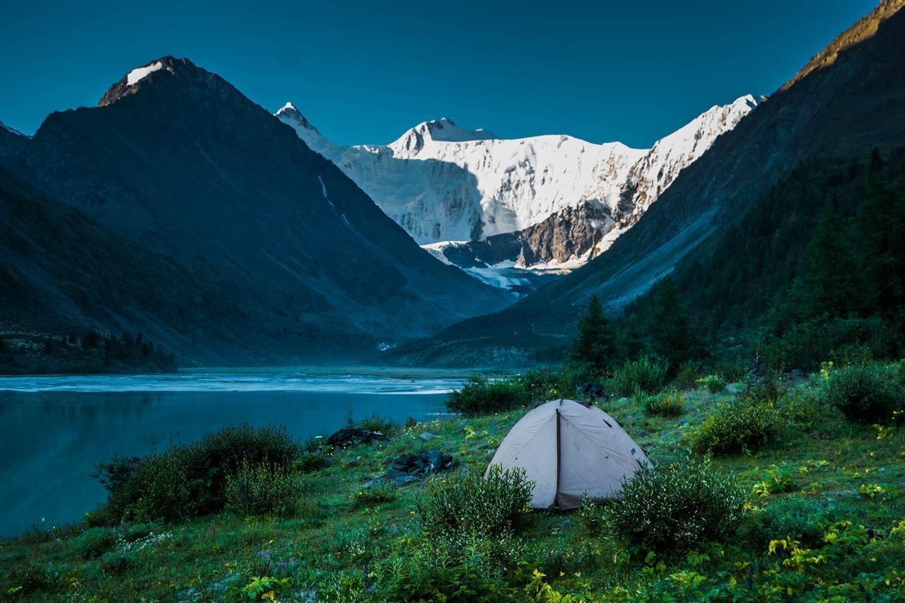 Палатка на берегу горного озера на Северном Урале