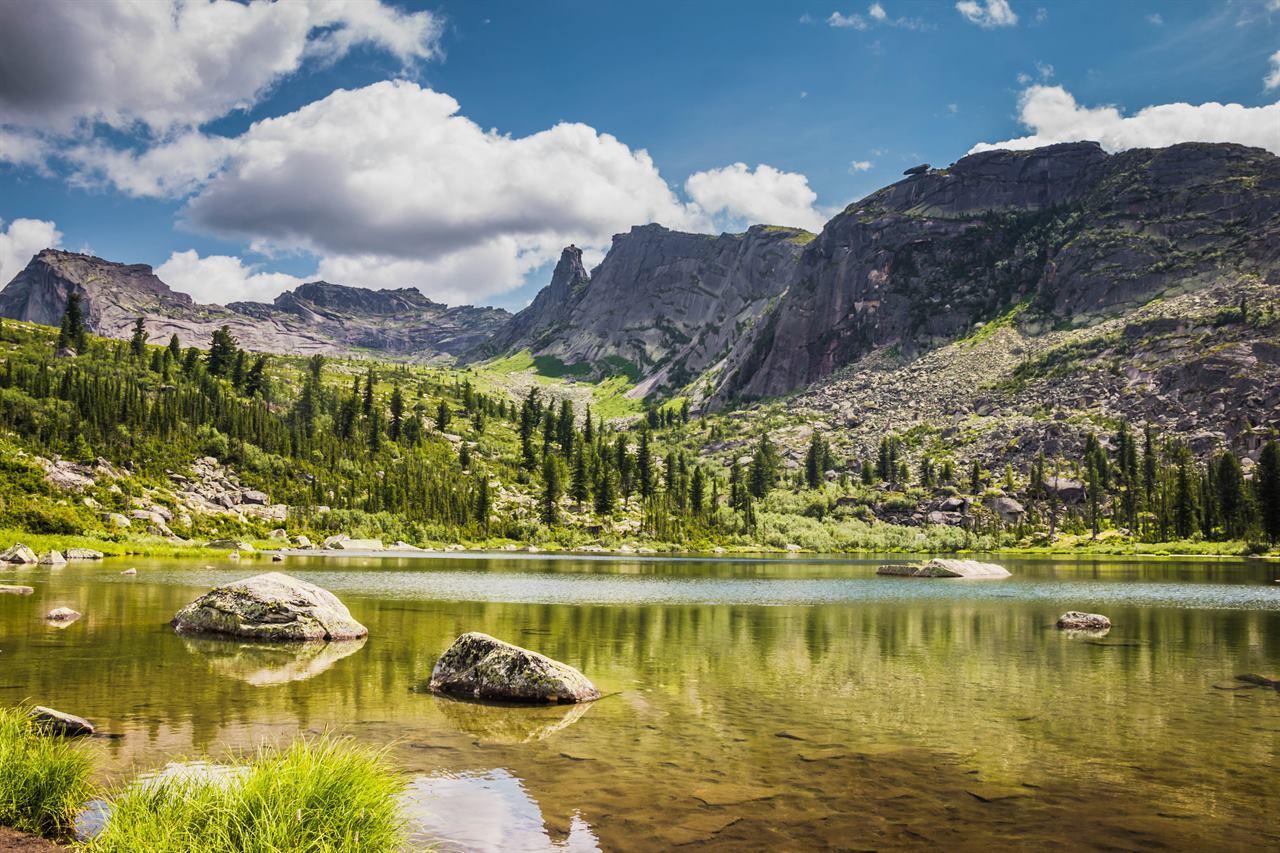 Озеро на Северном Урале в горах