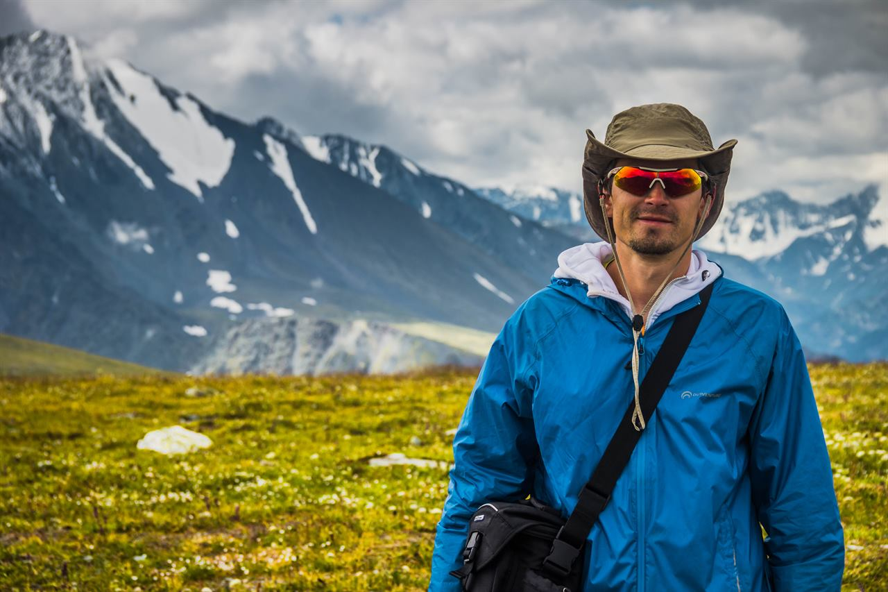 Путешественник на фоне снежных гор на Северном Урале