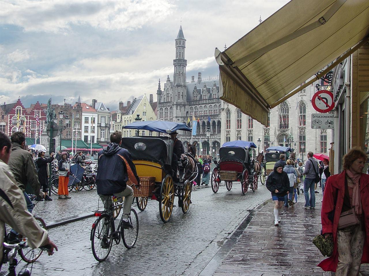 Туристы в дождливом городе