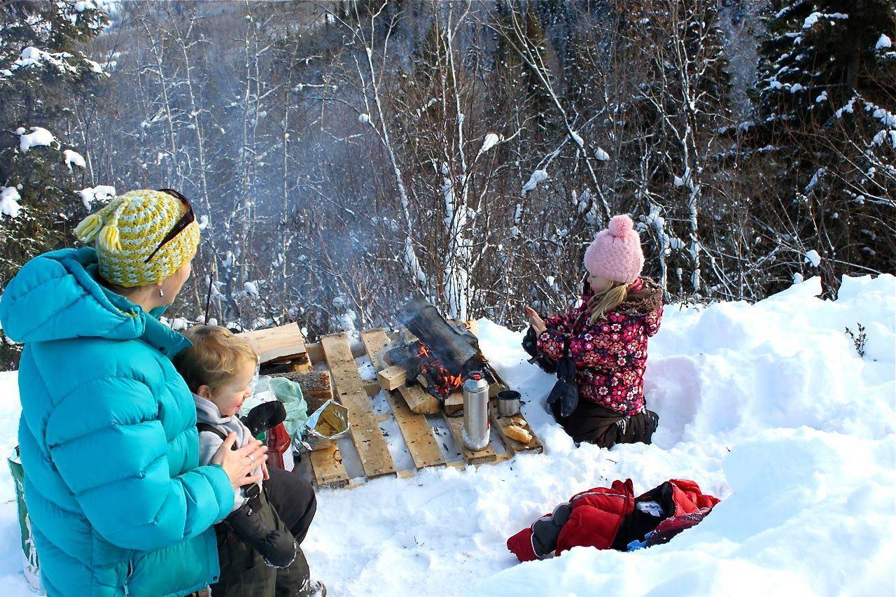 Пикник с детьми зимой на природе
