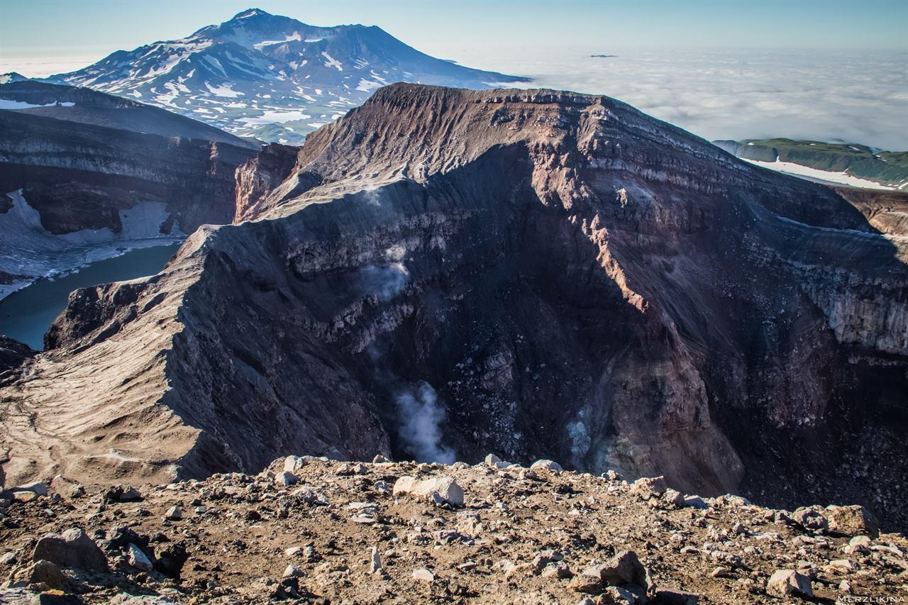 У кратера вулкана на Камчатке