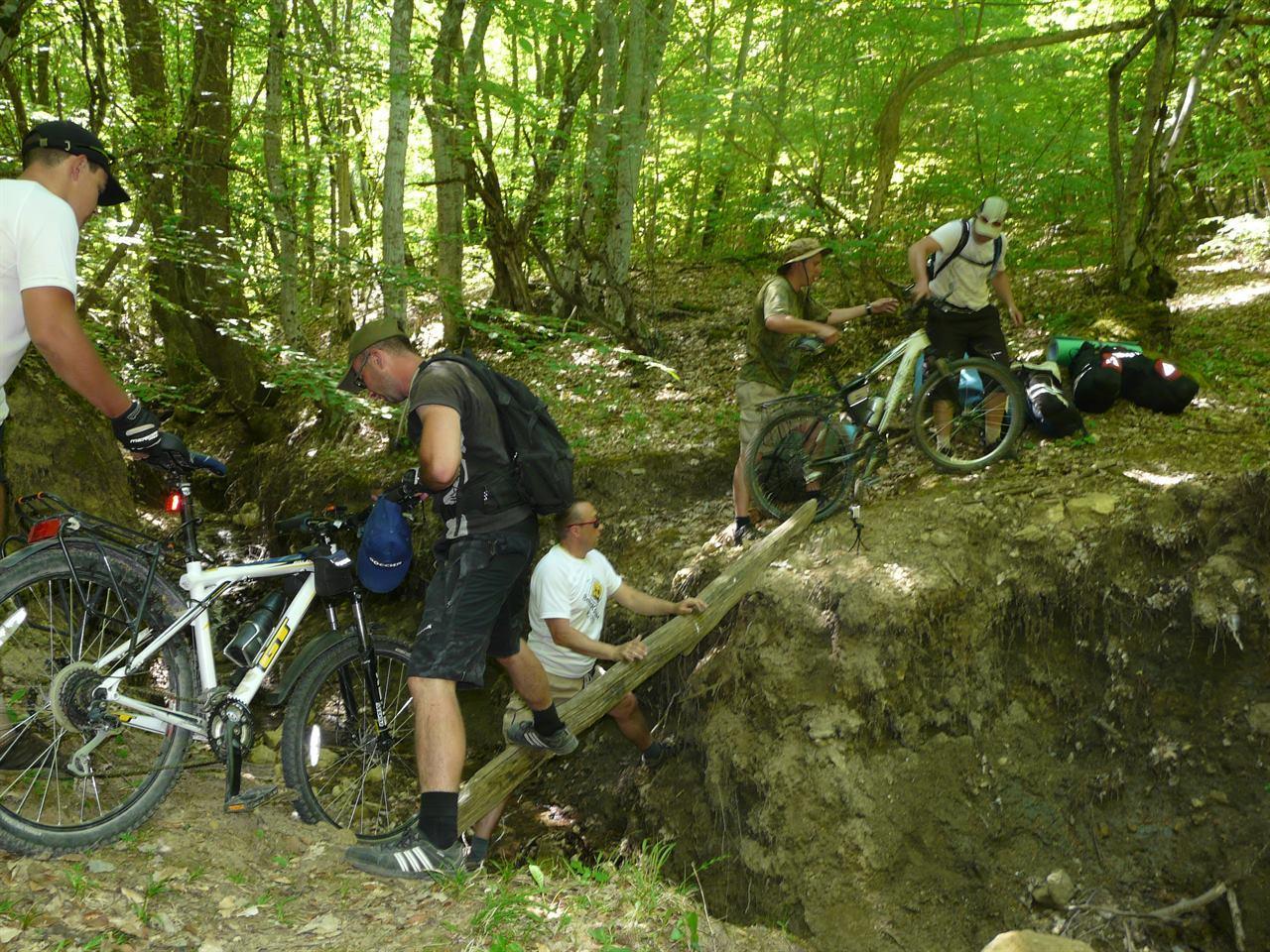 Переправа через овраг с велосипедами