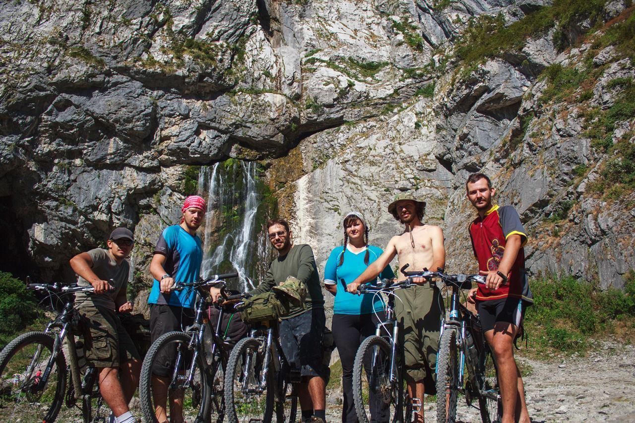 С друзьями в велопоходе под скалой