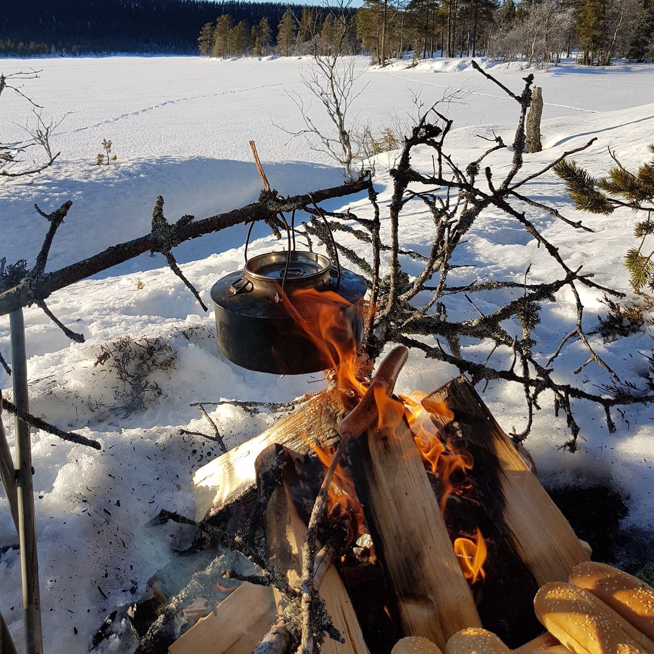 Приготовление чая на костре зимой