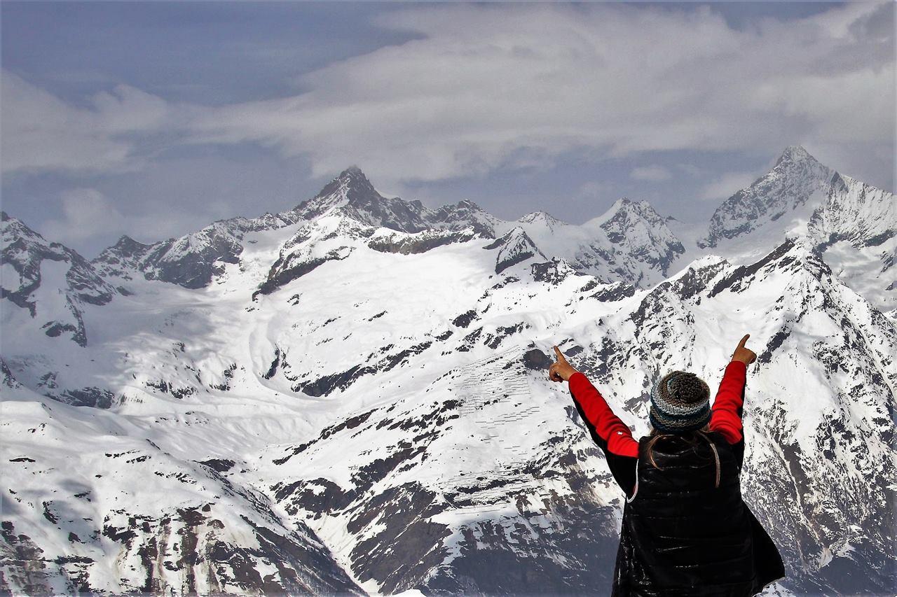 Путешественник в горах перед восхождением
