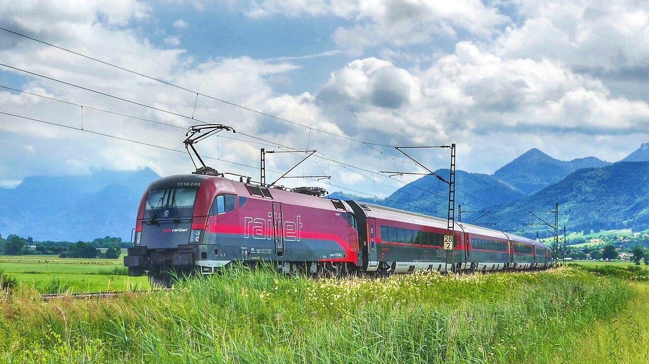 Поезд путешествует в горах