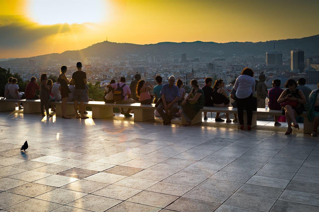 Туристы отдыхают на закате