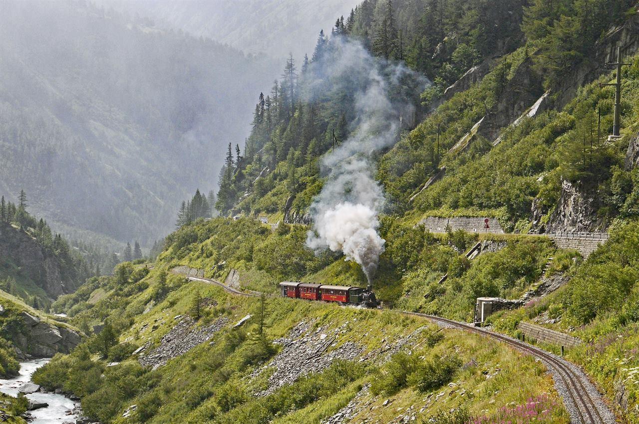 Паровоз путешествует в горах