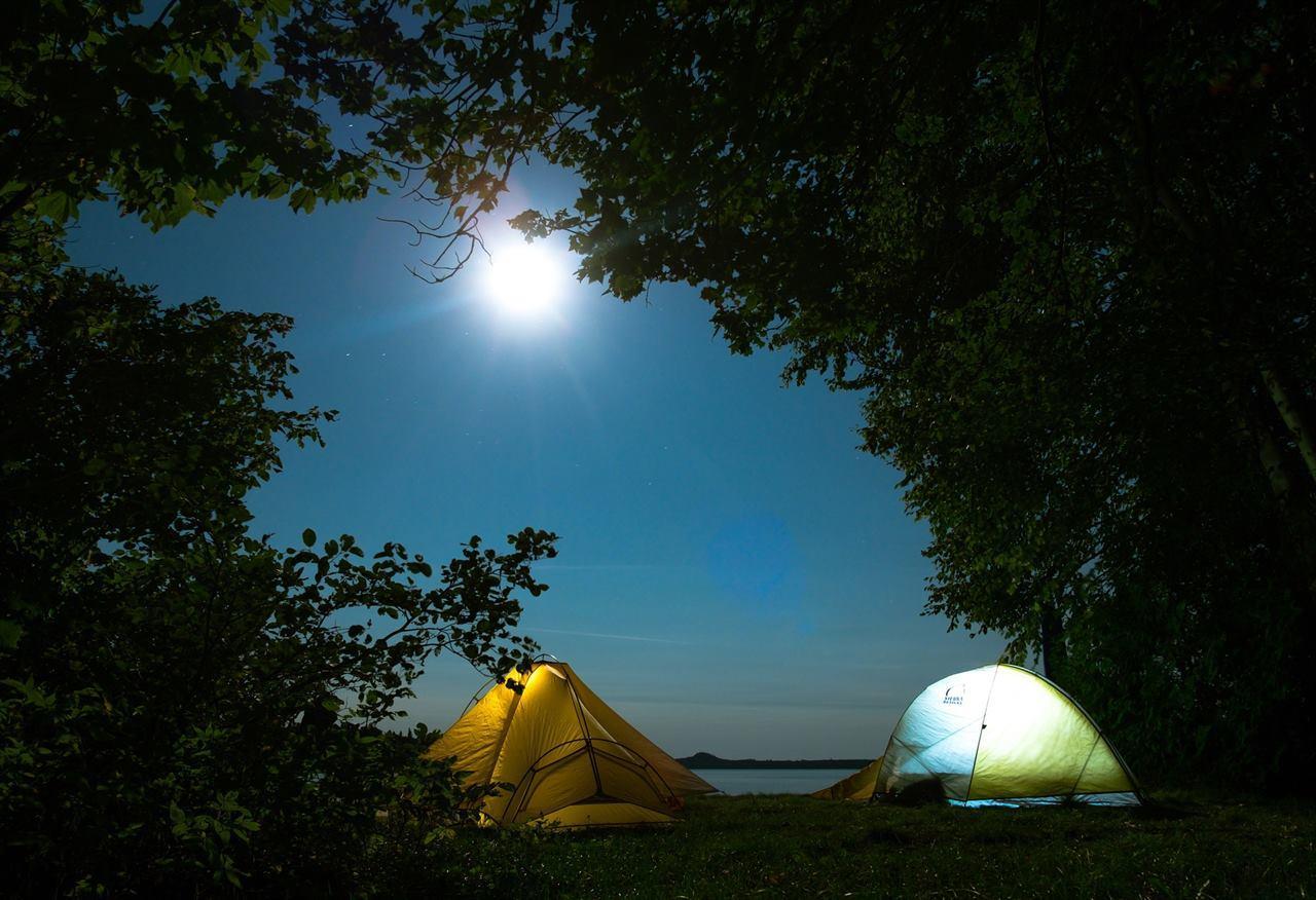 Туристические палатки ночью