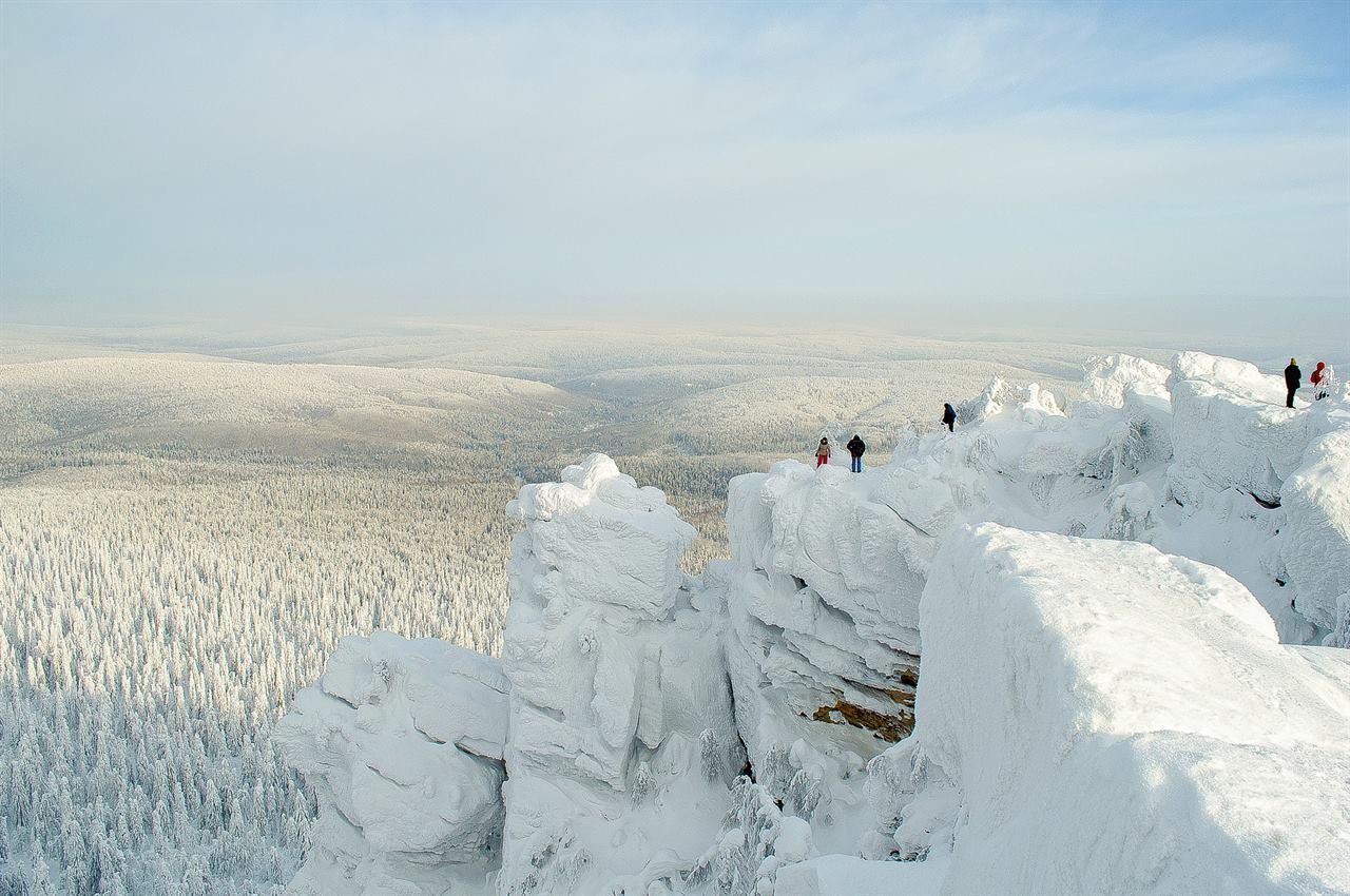Туристы в горах зимой на скалах