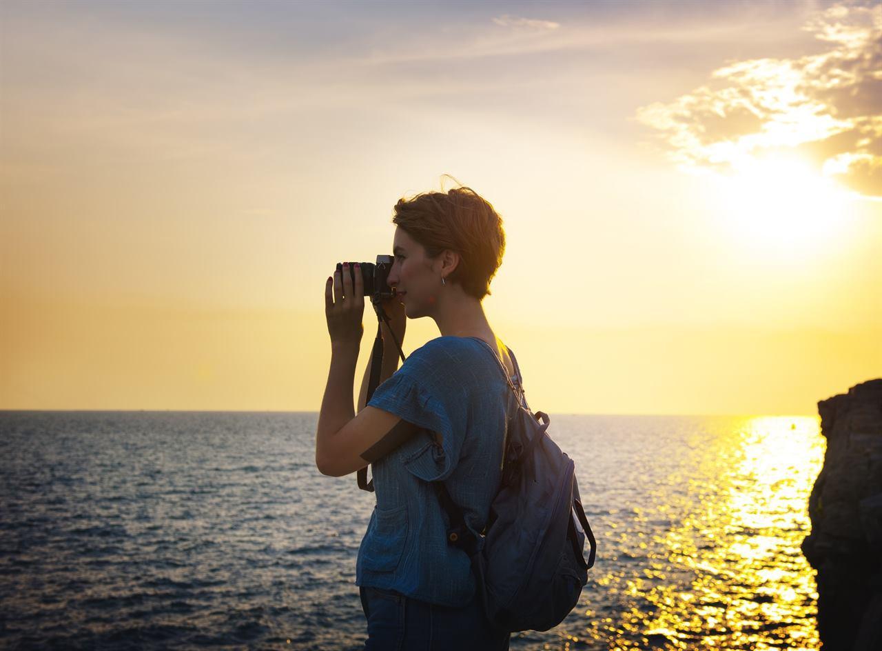 Девушка-фотограф путешествует