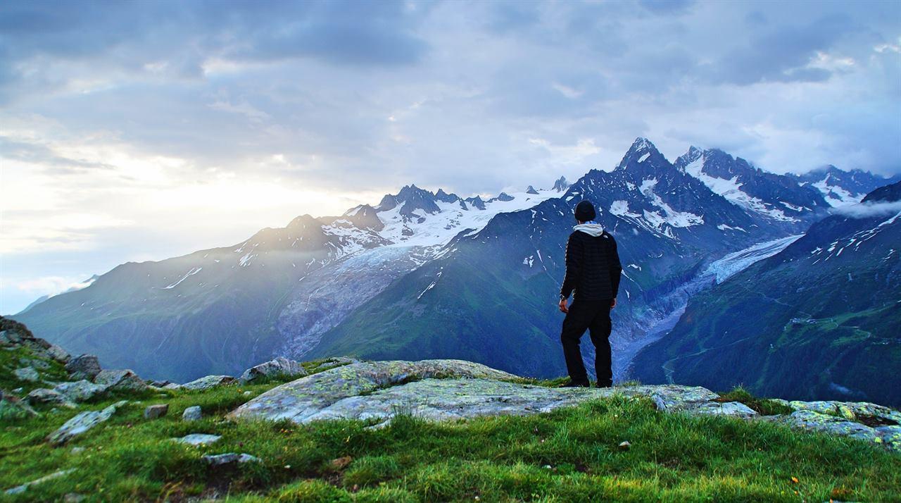 Одинокий путешественник наблюдает закат без животных