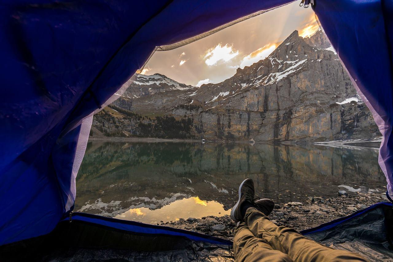 Путешественник в палатке
