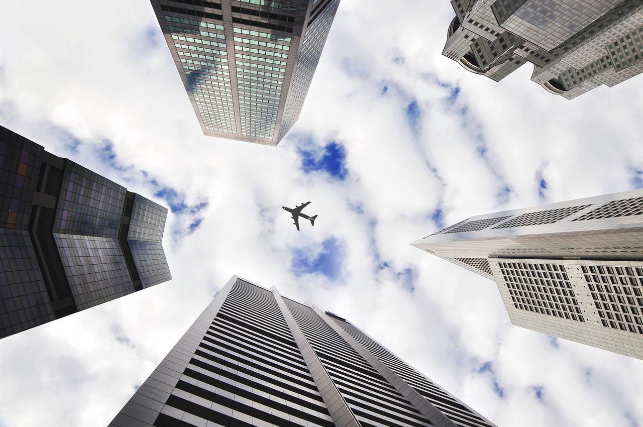 Самолет летит на мегаполисом