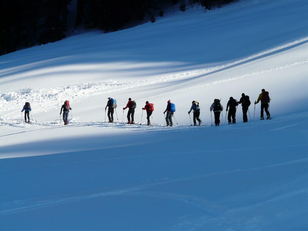 Подъем в гору в зимне походе