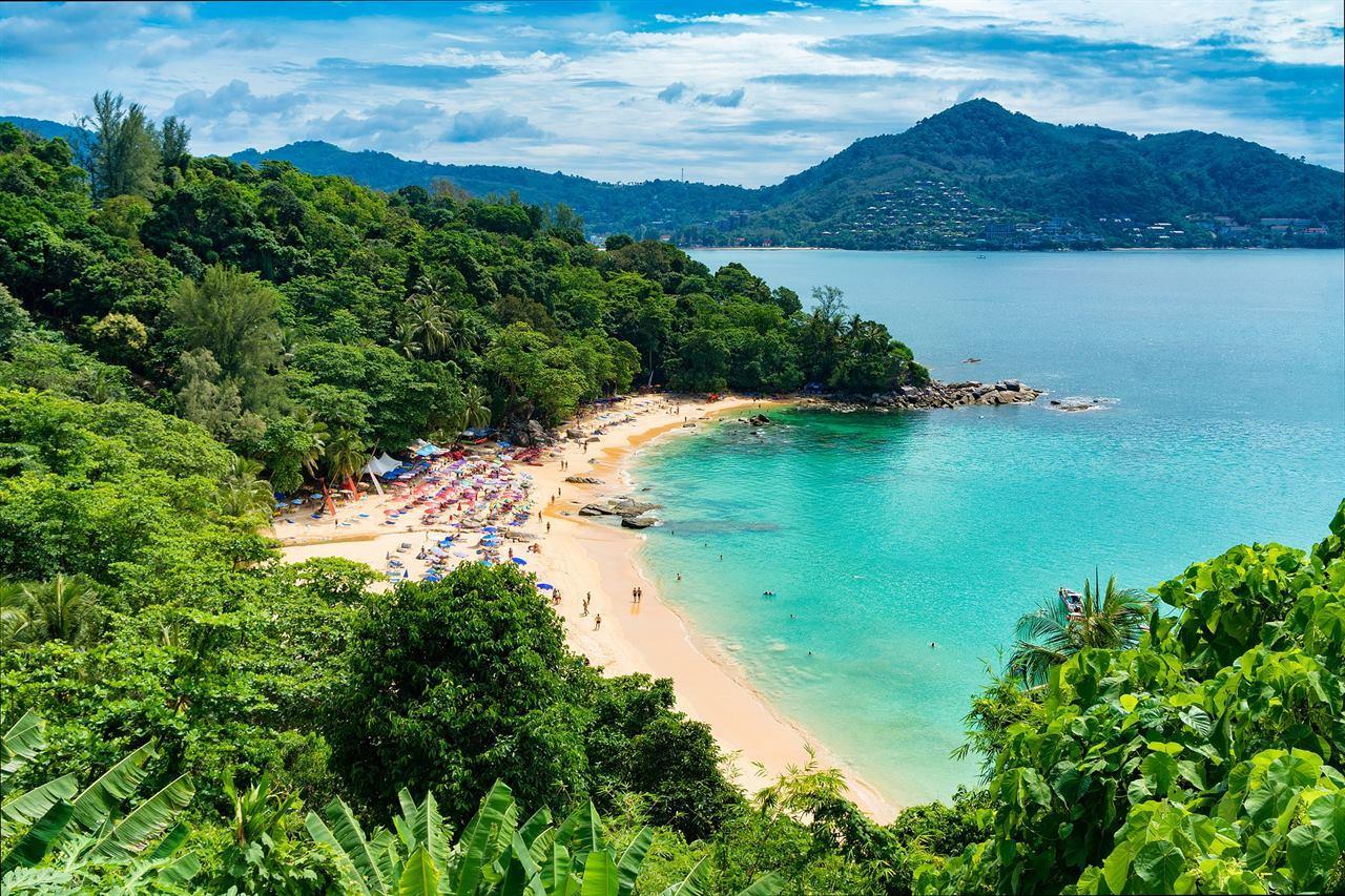 Туристический пляж с отдыхающими