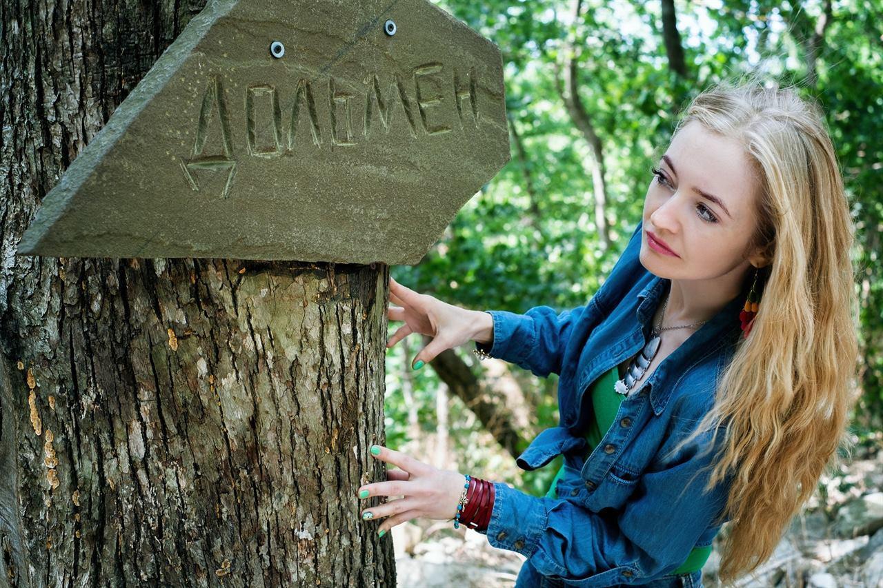 Путешественница у дерева