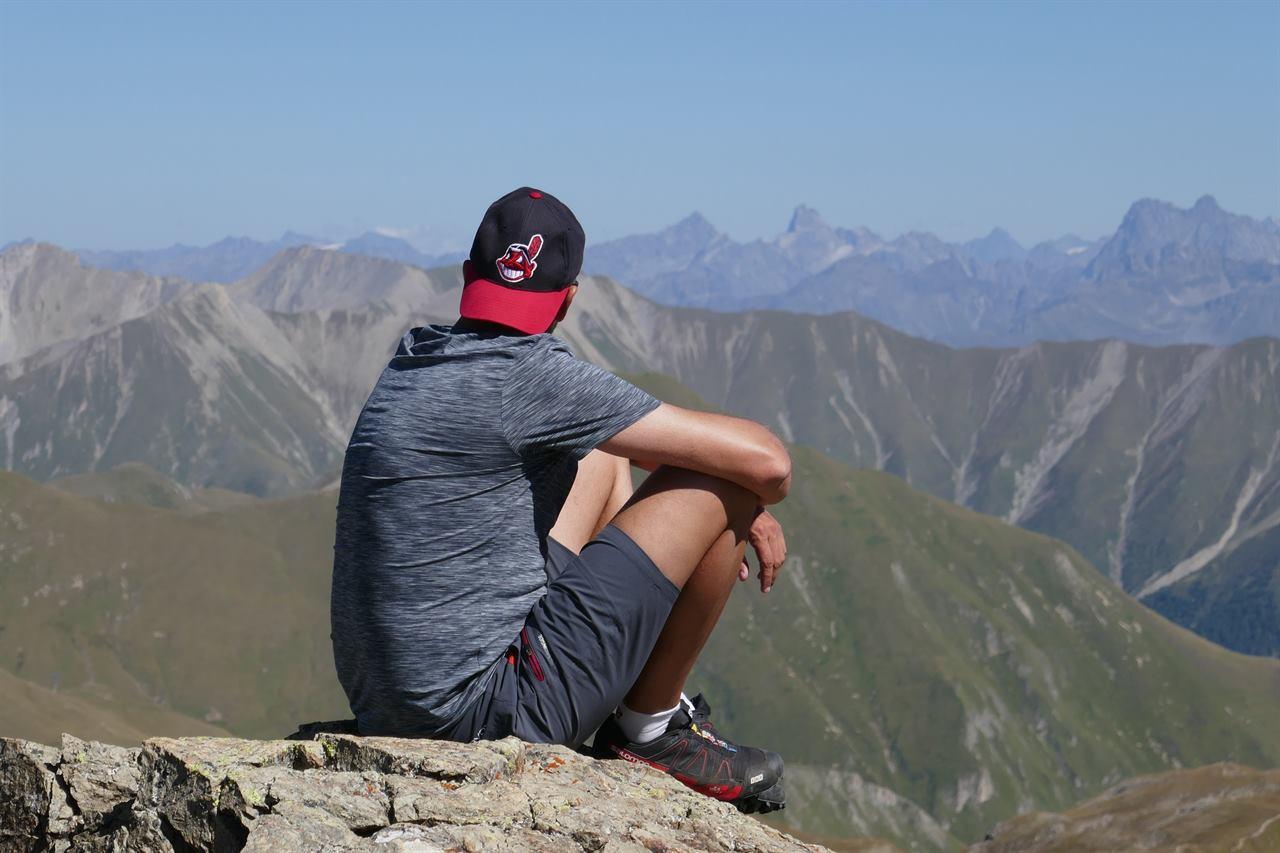 Молодой человек отдыхает в горах без домашних животных