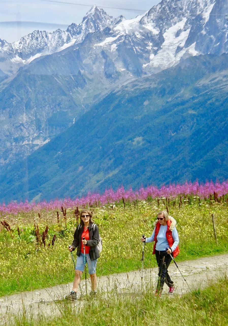 Женщины путешествуют в горах без домашних животных