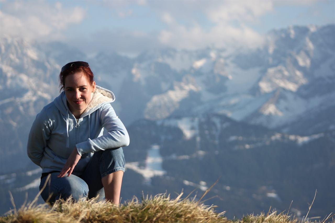 Девушка путешествует в горах