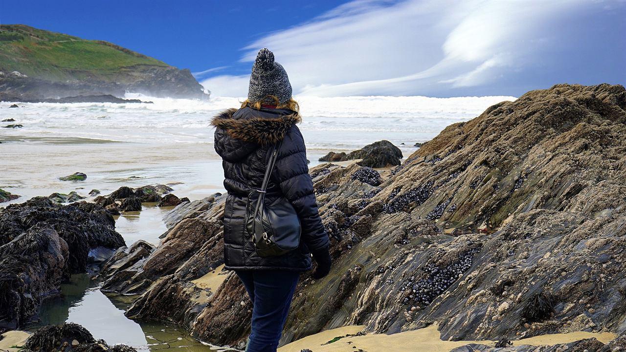 Туристка с сумочкой на берегу моря