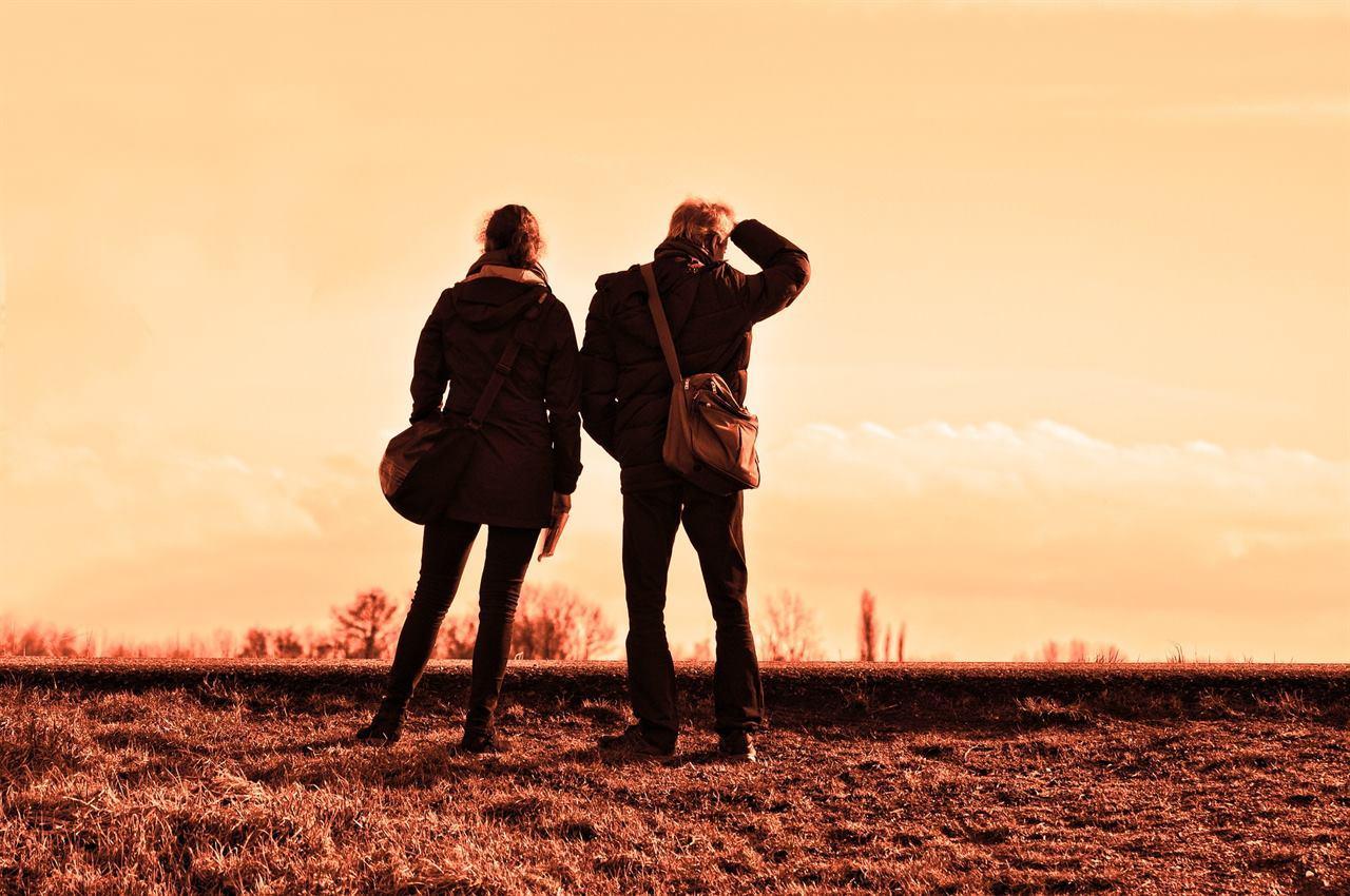 Туристы наблюдают за достопримечательностями
